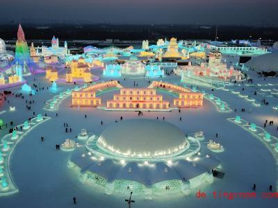 Die Gebäude aus Eis werden bunt beleuchtet. Foto: Wang Jianwei/XinHua/dpa
