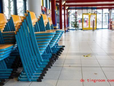 Leere Gänge und gestapelte Stühle. So sieht es gerade in den Schulen Deutschlands aus. Foto: Philipp von Ditfurth/dpa