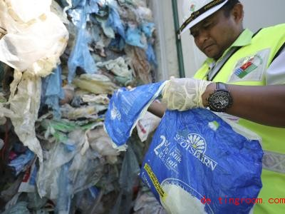 In solchen Co<em></em>ntainern kommt der Plastikmüll in Ländern wie Malaysia an. Foto: Vincent Thian/AP/dpa