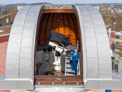 Der Leiter der Sternwarte stellt das neue Teleskop ein. Foto: Jan Woitas/dpa-Zentralbild/dpa