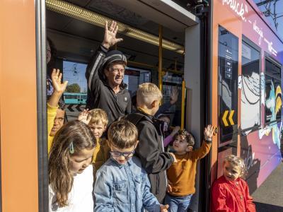 Peter Maffay und einige Kinder waren die ersten, die mit der Tabaluga-Bahn fahren durften. Foto: Helmut Fricke/dpa