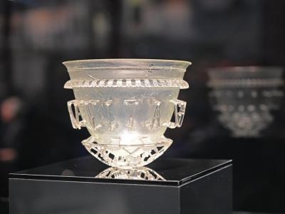Dieses Gefäß aus Glas wurde aus Einzelteilen wieder zusammengesetzt. Foto: Peter Zschunke/dpa-Zentralbild/dpa