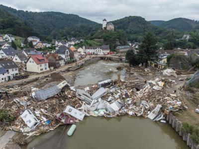 Bis in den Flutgebieten Häuser und Straßen repariert sind, wird es noch lange dauern. Foto: Boris Roessler/dpa