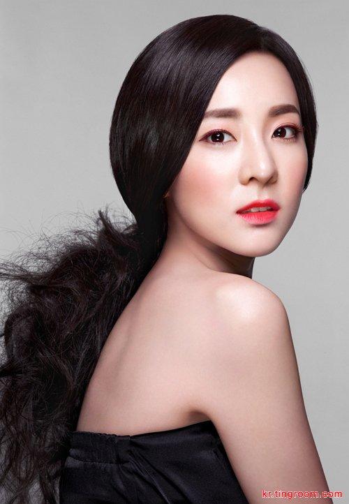 韩国明星:2ne1朴山多拉美妆写真 黑发红唇摄人心弦